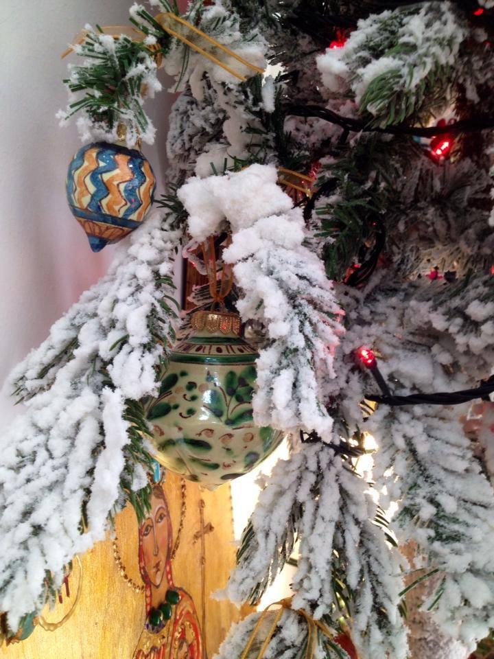 Addobbare l'albero di Natale con le palline in ceramica di ceramiche Frazzetta